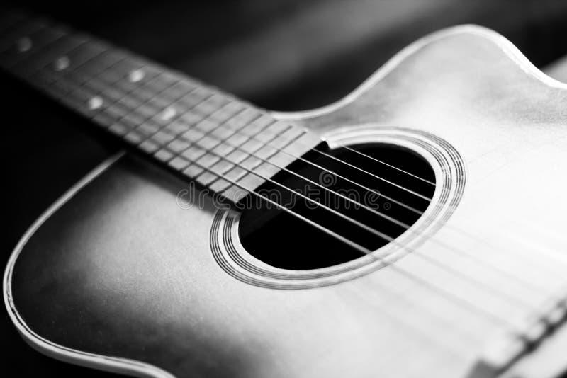 Cllose d'une guitare acoustique photos stock