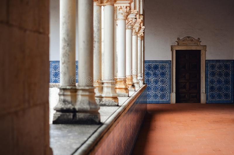 Cloître antique au Portugal avec des azulejos peints de tuiles images stock