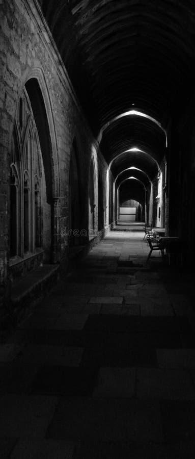 Cloître d'église en noir et blanc image stock