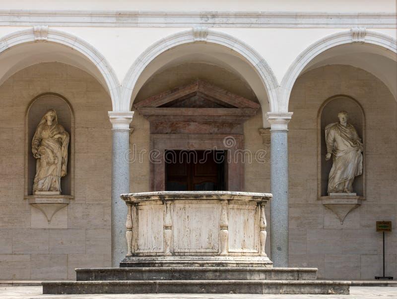 Cloître d'abbaye bénédictine de Monte Cassino l'Italie photo libre de droits