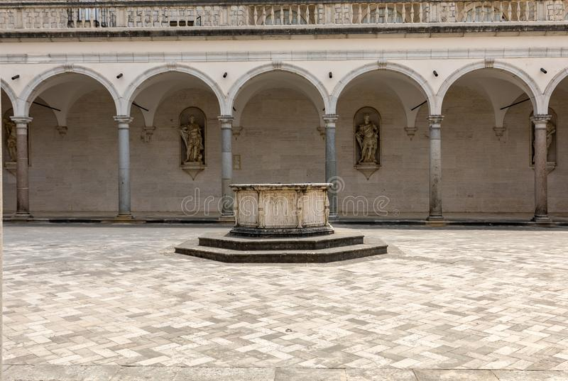 Cloître d'abbaye bénédictine de Monte Cassino l'Italie image stock