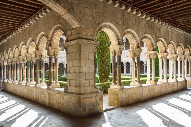 Cloître de l'église médiévale images libres de droits