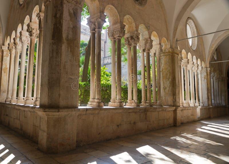 Cloître de monastère franciscain photos libres de droits