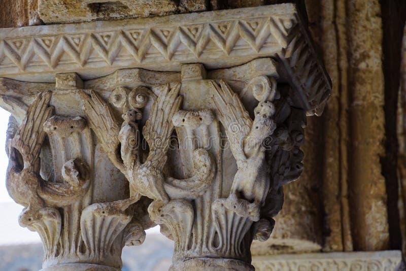 Cloître du monastère bénédictin dans la cathédrale de Monreale en Sicile Vue générale et détails des colonnes et des capitaux photos stock