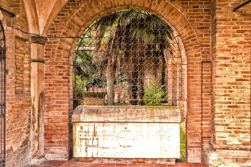 Cloître italien vu par une grille de fer photos libres de droits