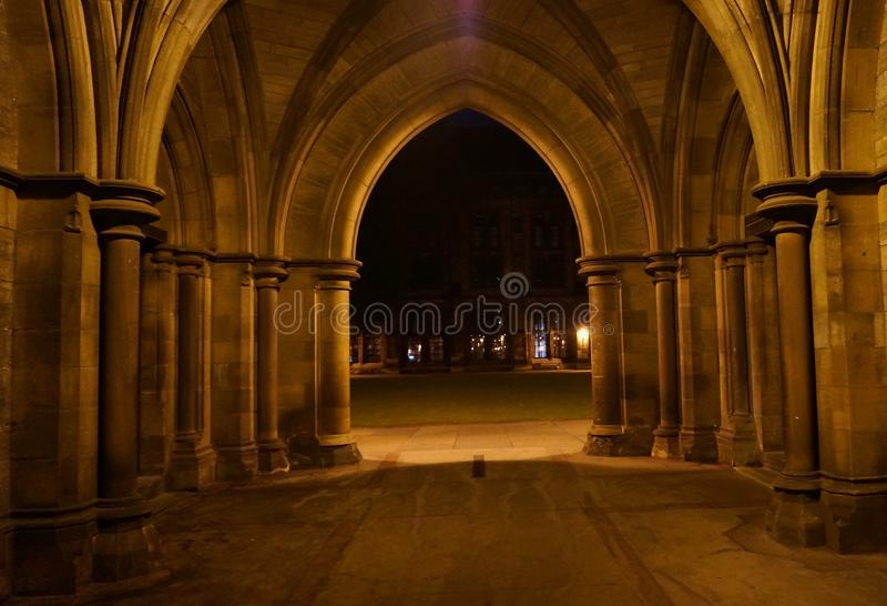 Cloîtres gothiques la nuit photographie stock