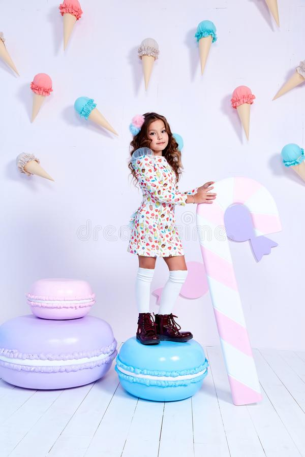 Clo divertidos del pequeño de la niña de la señora del pelo rizado desgaste hermoso del niño imágenes de archivo libres de regalías