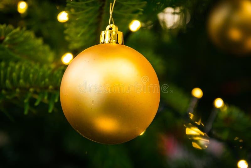 Clo festivos del oro de la decoración del día de fiesta del ornamento de la bola del árbol de navidad foto de archivo