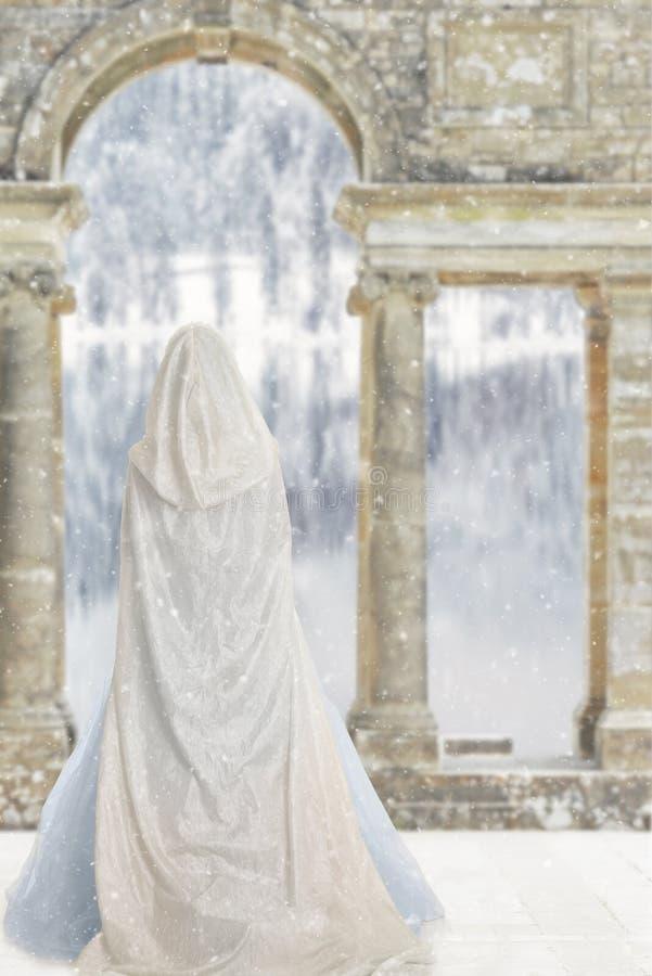 Cloakedvrouw door kasteelmeer stock foto's