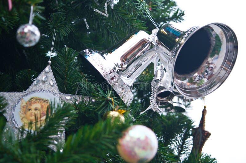 Cloche argentée sur l'arbre de Noël image stock