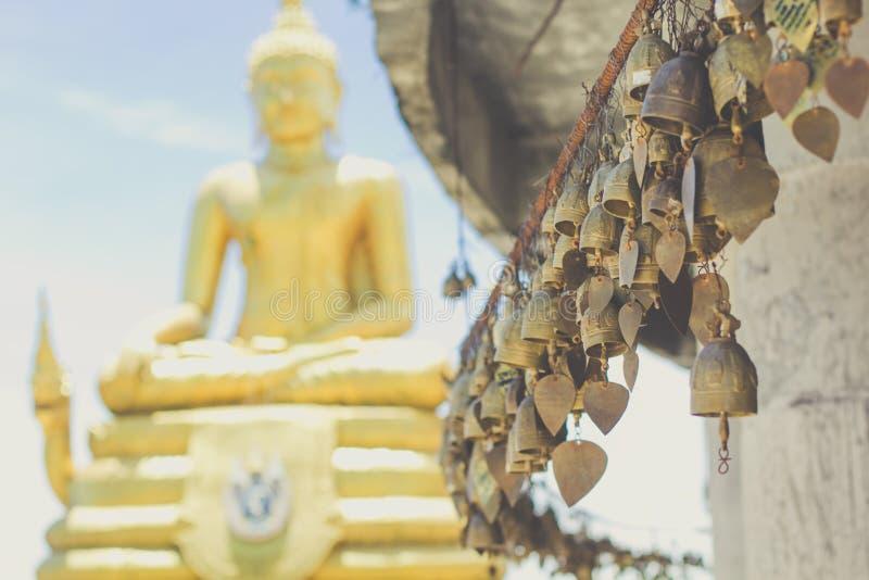 Cloche asiatique de tradition dans le grand temple de Bouddha photos stock