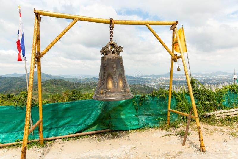 Cloche asiatique de tradition dans le temple de bouddhisme en île de Phuket, Thaïlande Grand souhait célèbre de cloche près d'or  photo stock