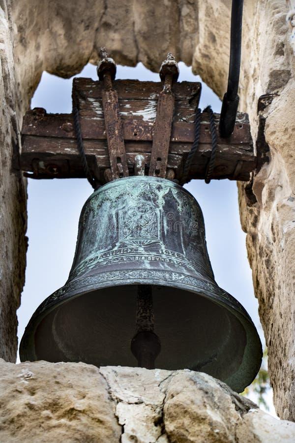 Cloche d'église dans le village isolé photos libres de droits
