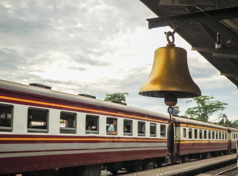 Cloche d'or aux gens du pays de gare ferroviaire en Thaïlande image stock