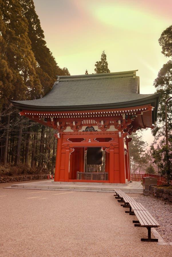 Cloche de bonheur dans la lumière de matin du temple d'Enryaku sur le bâti Hiei près de Kyoto, Japon photo libre de droits