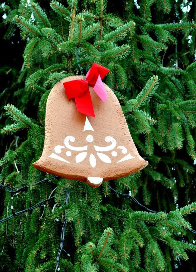 Cloche de pain d'épice sur un arbre de Noël photo stock