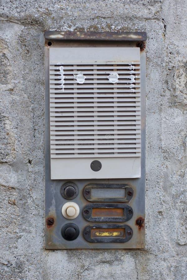 Cloche de porte rouillée sur le mur image libre de droits