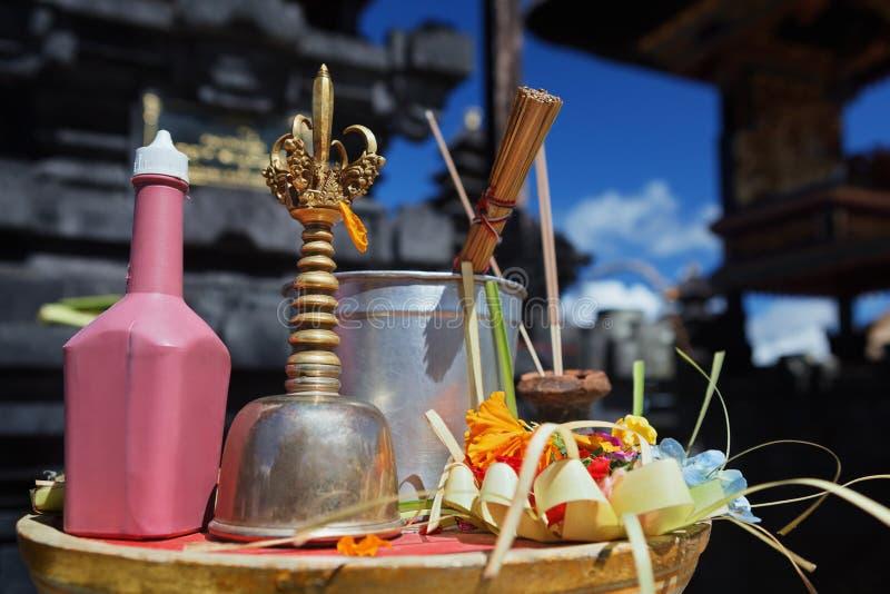 Cloche de prêtre de Balinese - genta, l'eau sainte, offrant - sari de canang photographie stock