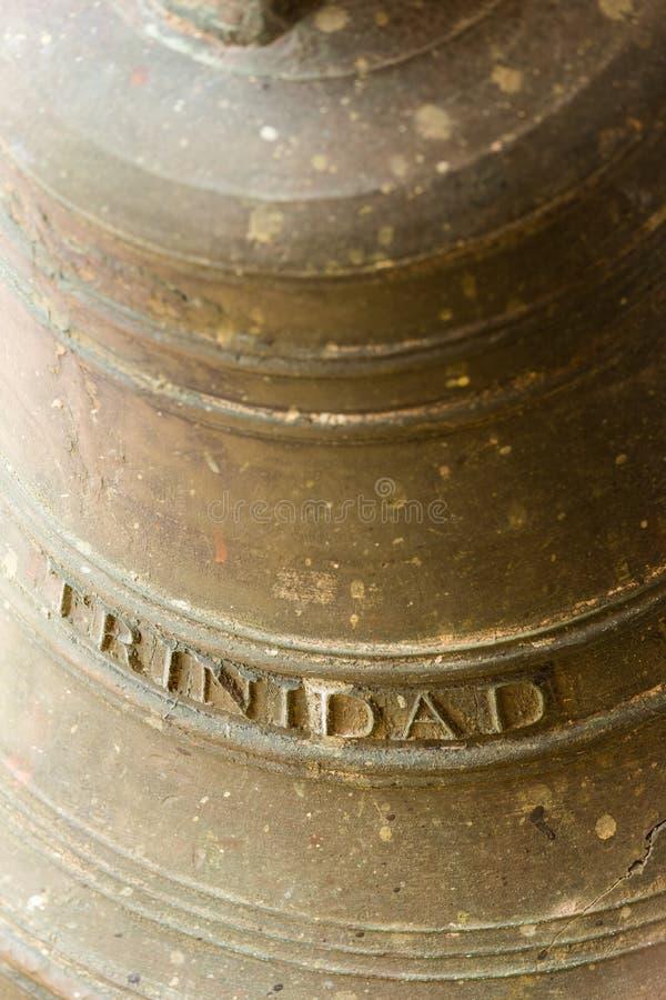 Cloche en laiton historique marquée avec le nom cubain de ville du ` du Trinidad de ` photo stock