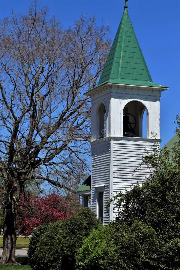 Clocher d'église de petite ville photographie stock libre de droits