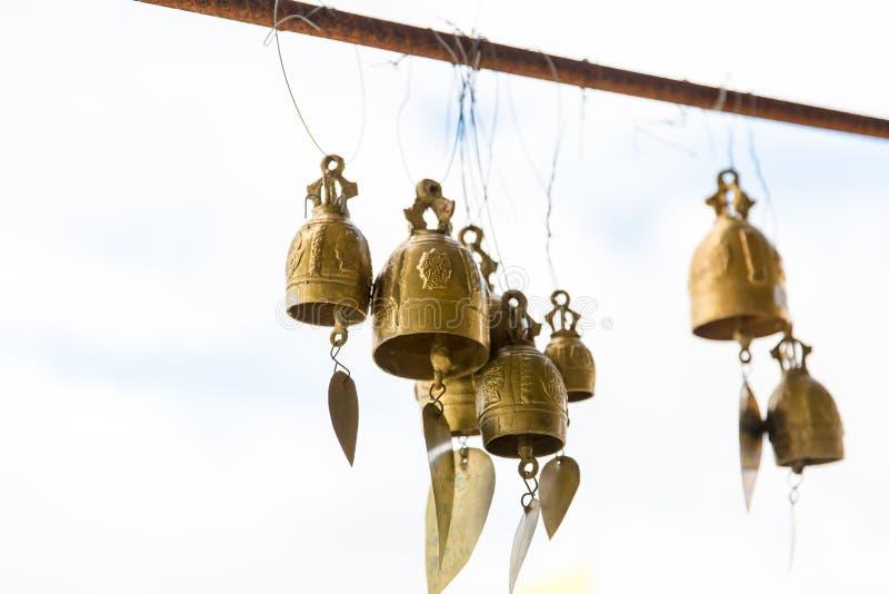 Cloches asiatiques de tradition dans le temple de bouddhisme en île de Phuket, Thaïlande Grandes cloches célèbres de souhait de B image libre de droits