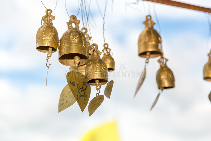 Cloches asiatiques de tradition dans le temple de bouddhisme en île de Phuket, Thaïlande Grandes cloches célèbres de souhait de B photographie stock