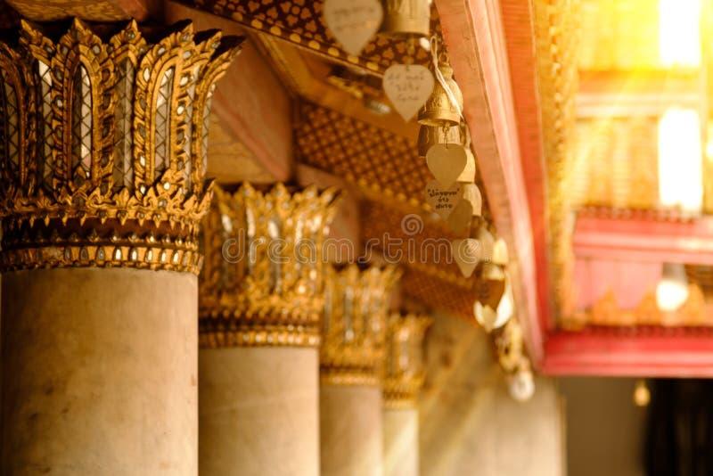 Cloches asiatiques de tradition devant le temple de marbre célèbre en Wat Benchamabophit Buddhism photo stock