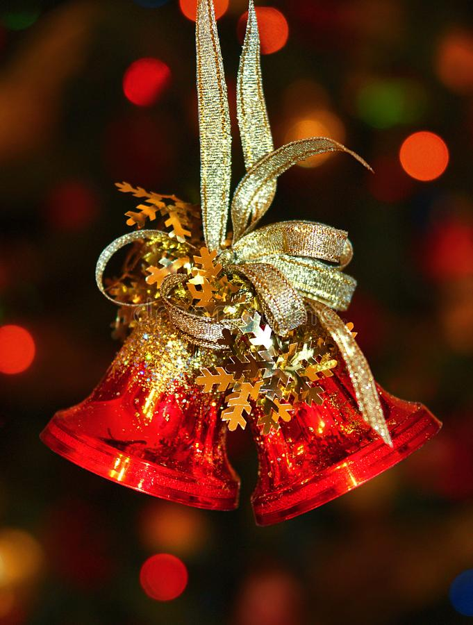 Cloches de Noël rouges sur l'arbre de Noël image stock