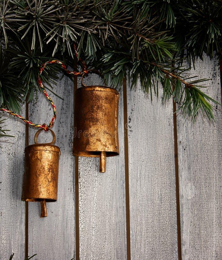 Cloches de Noël sur un arbre de Noël image stock