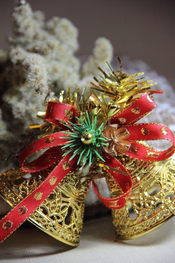 Cloches de Noël sur un fond des fleurs sèches photos stock