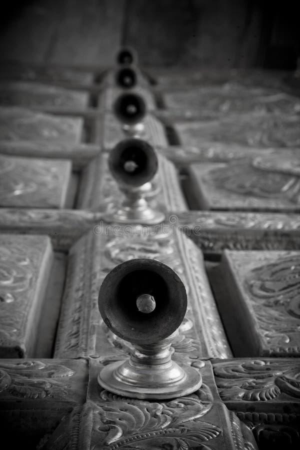 Cloches de trappe de temple dans le temple indou de l'Inde images libres de droits