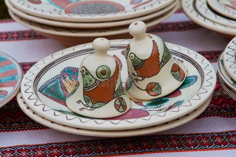 Cloches en c?ramique faites main de jouet d'argile, peintes ? la main avec les oiseaux fantastiques, art populaire traditionnel u photographie stock libre de droits