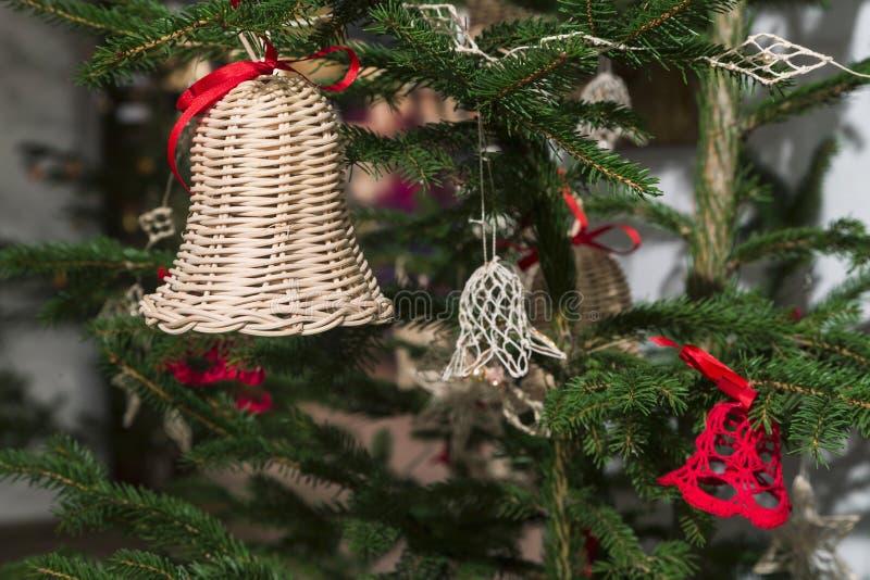 Cloches en osier faites main sur l'arbre de Noël photo stock