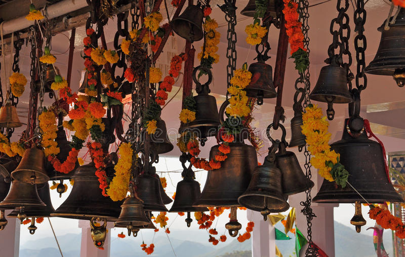 Cloches et fleurs de dévotion dans un temple hindou photos libres de droits