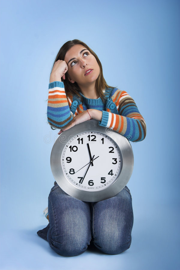 clock den tänkande kvinnan royaltyfria bilder