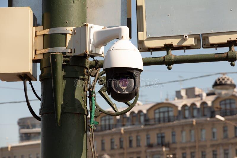 clock round supervision 在杆的摄像头-现代安全监视和监控系统在城市 免版税图库摄影