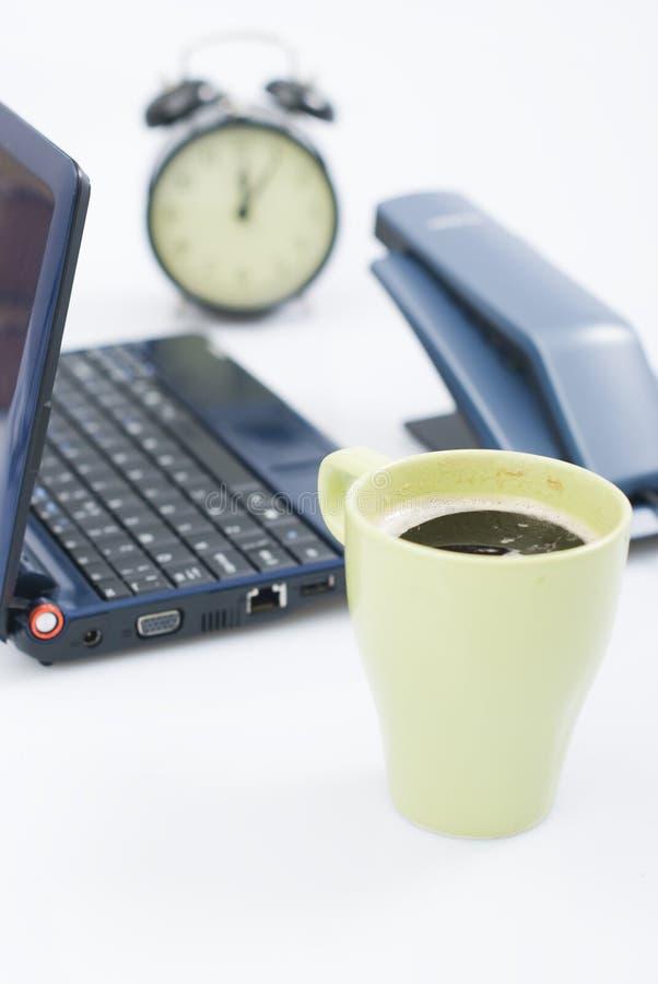 clock telefonen för coffeskrivbordbärbar dator fotografering för bildbyråer