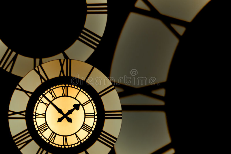 Clockface do ouro cercado por partes de clockfaces do numeral romano imagem de stock royalty free