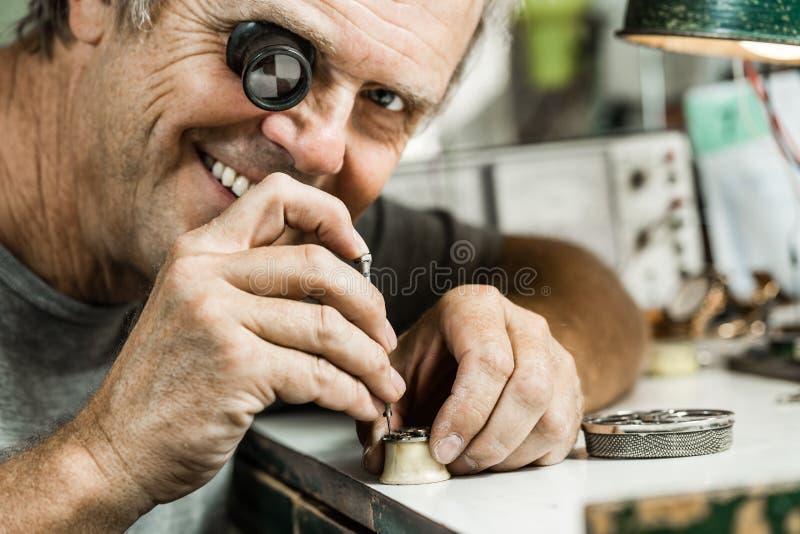 Clockmaker naprawiania wristwatch zdjęcia royalty free