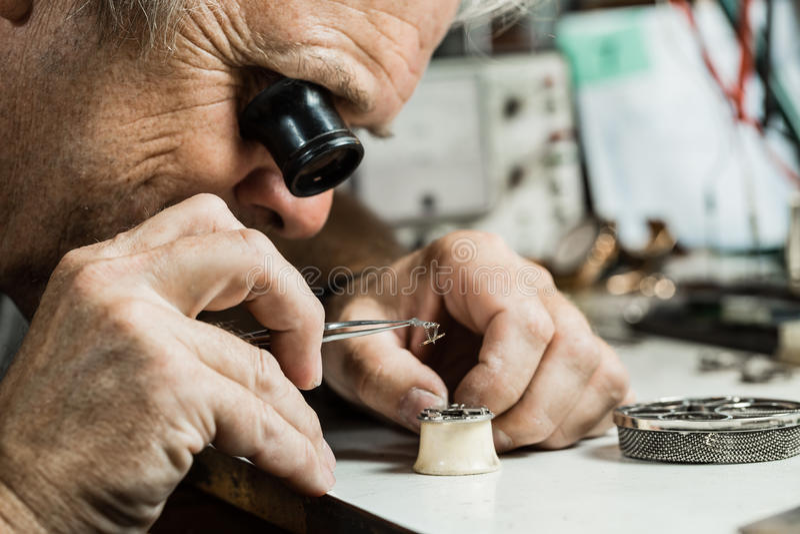 Clockmaker som reparerar armbandsuret royaltyfria foton
