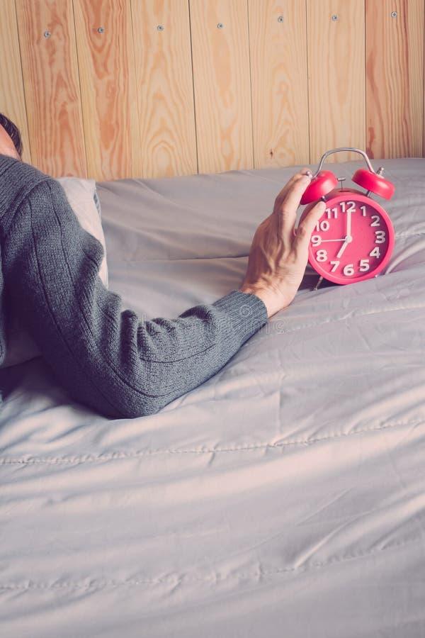 Clockon het bed in de ochtend royalty-vrije stock afbeelding