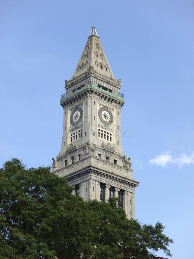 Clocktower ed alberi di pietra storici della chiesa fotografia stock