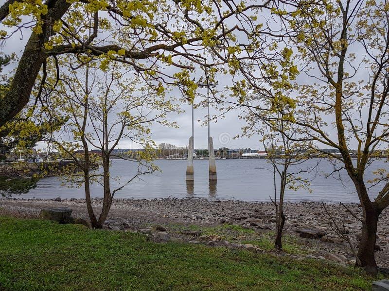 Clocktower no lago Mjøsa na cidade de hamar, condado Noruega de Hedmark foto de stock