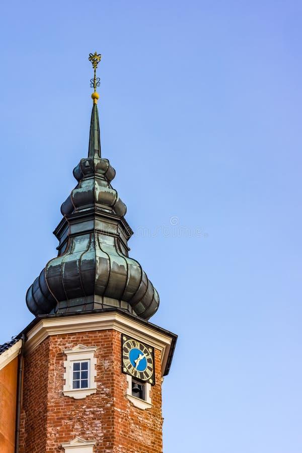 Clocktower przeciw niebieskiemu niebu zdjęcia stock