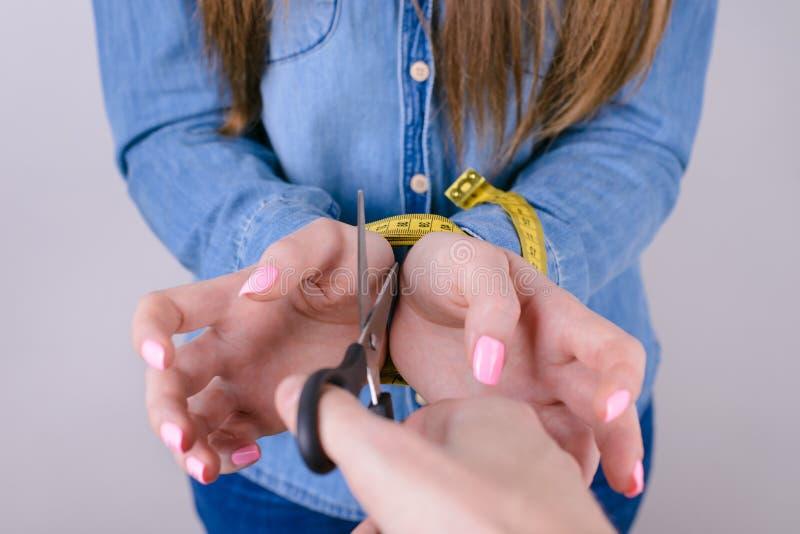 Clodeup ha potato la foto che grida esaurita lei la sua signora che tiene le forbici nere in mani che vi danno che chiedete di ai fotografie stock libere da diritti