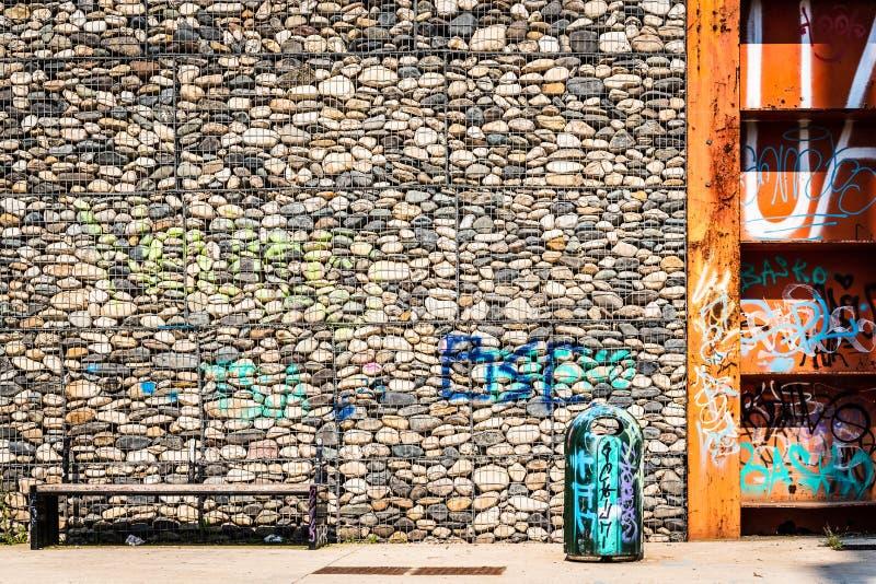 Cloe och cement i ett stads- parkerar royaltyfria foton