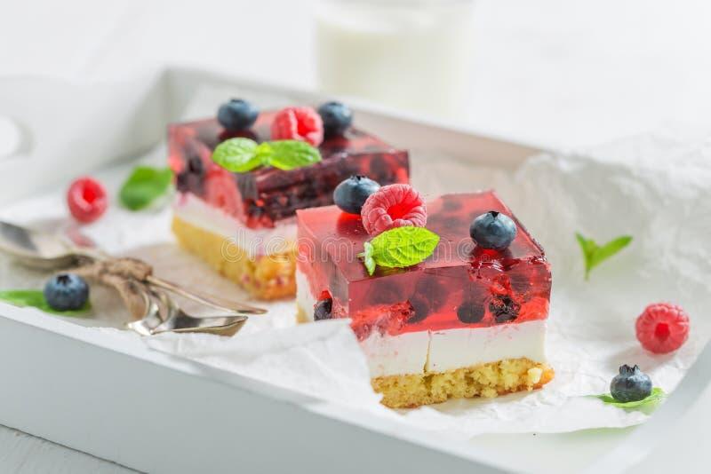 Cloeup van smakelijke die kaastaart van bessen en gelei wordt gemaakt royalty-vrije stock fotografie
