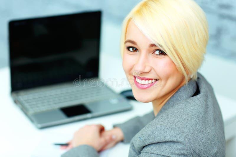 Cloeupportret van een jonge glimlachende onderneemster die camera bekijken royalty-vrije stock fotografie