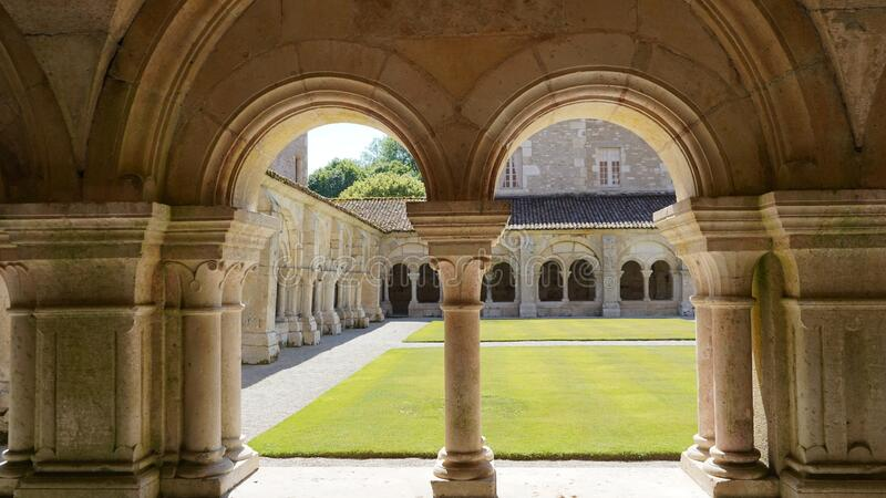Cloister, Fontenay Abbey, Frankrike royaltyfria bilder