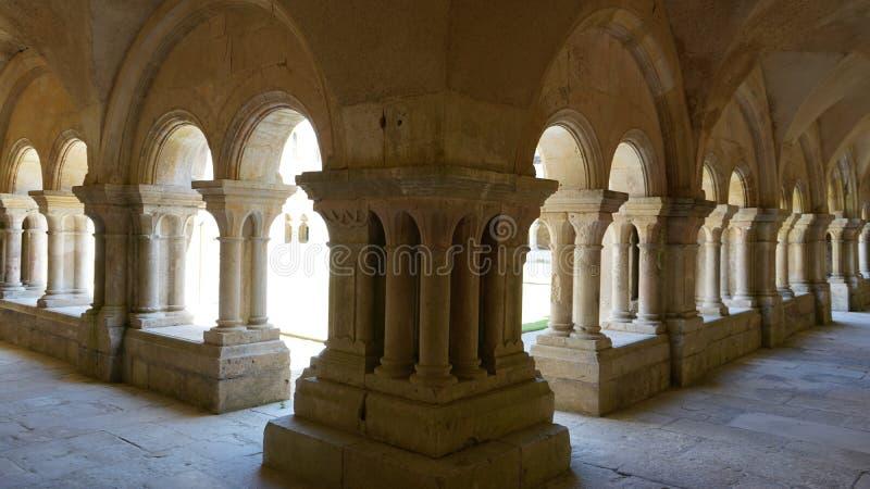 Cloister, Fontenay Abbey, Frankrike arkivbilder
